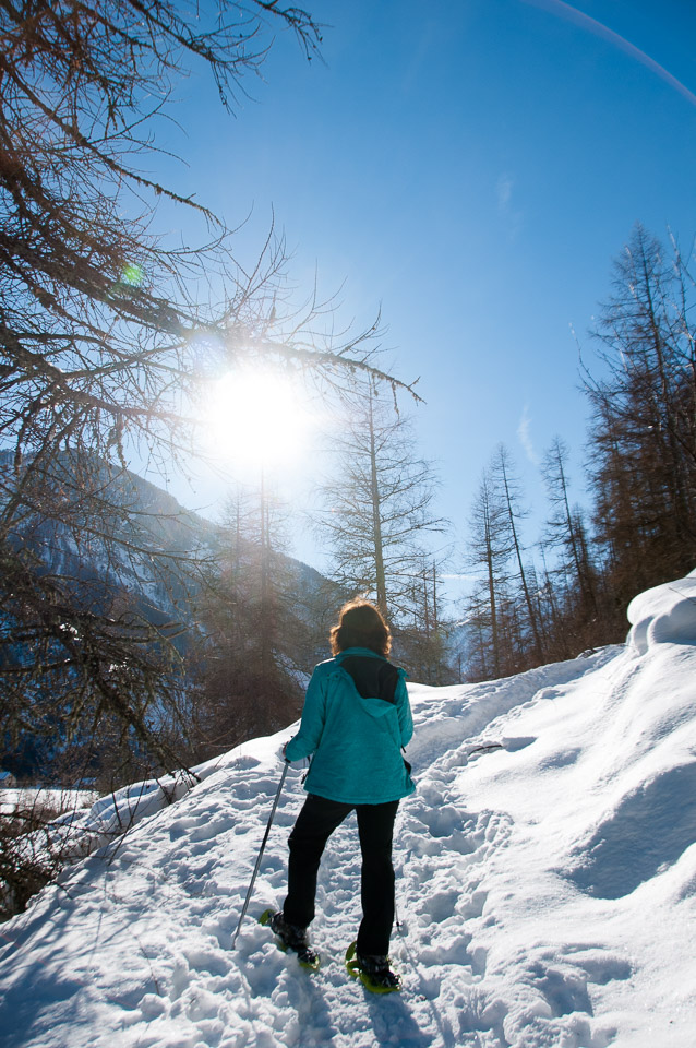 Enjoiyng the sun while snowshoeing with Undiscovered Alps
